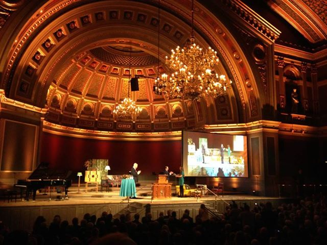 The Uppsala Student of the year 2013, Kajsa Asplund, receives the scholarship at the Anders Wall lecture in the University Hall.